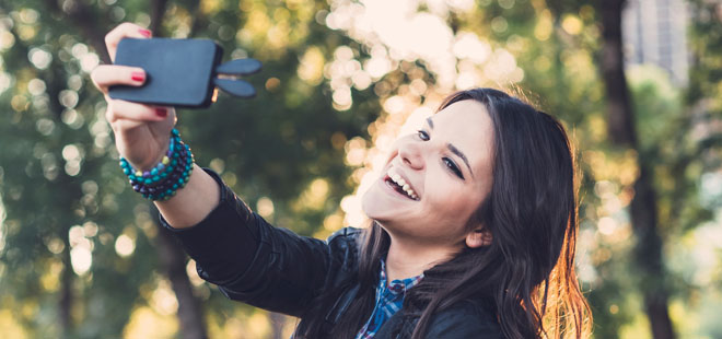 teen-selfie-social-media